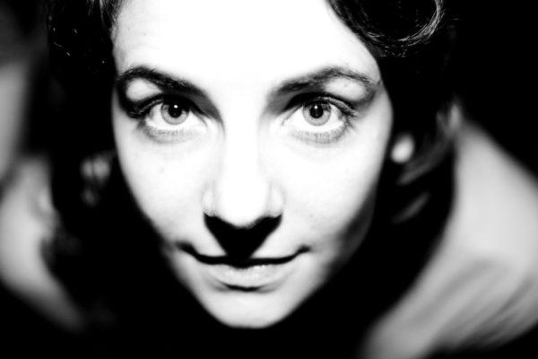 Porträt einer jungen Frau in Schwarzweiß